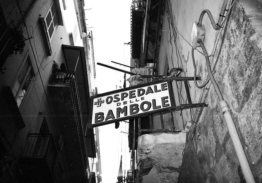Napoli, Dolls' Hospital (with Leica Mini and Ilford XP2 400 film)