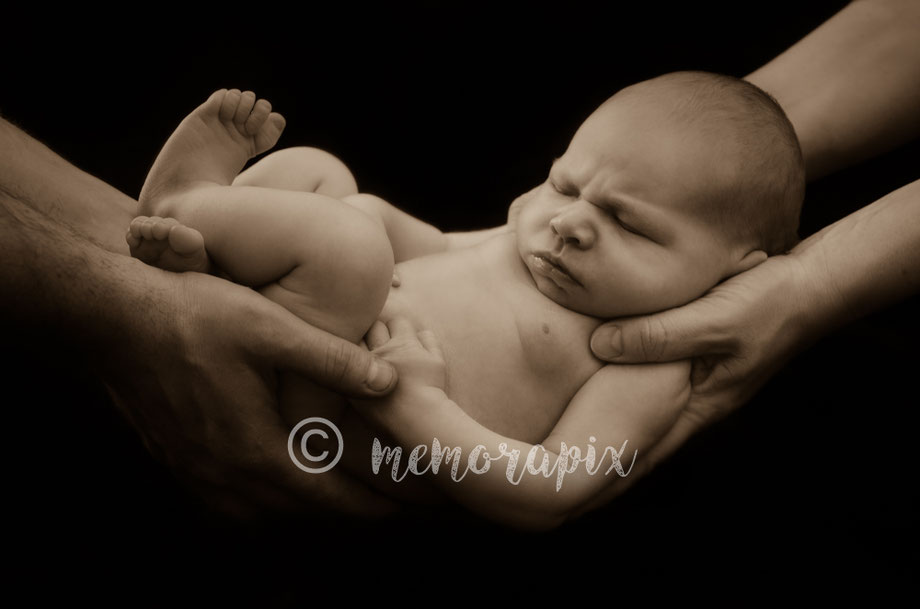 Baby emiel was 1 week oud, de shoot ging door bij hen thuis in ninove. Als fotograaf ben ik afkomstig van Erpe- Mere, Maar voor foto sessies reis ik zelf verder dan oost- vlaanderen.