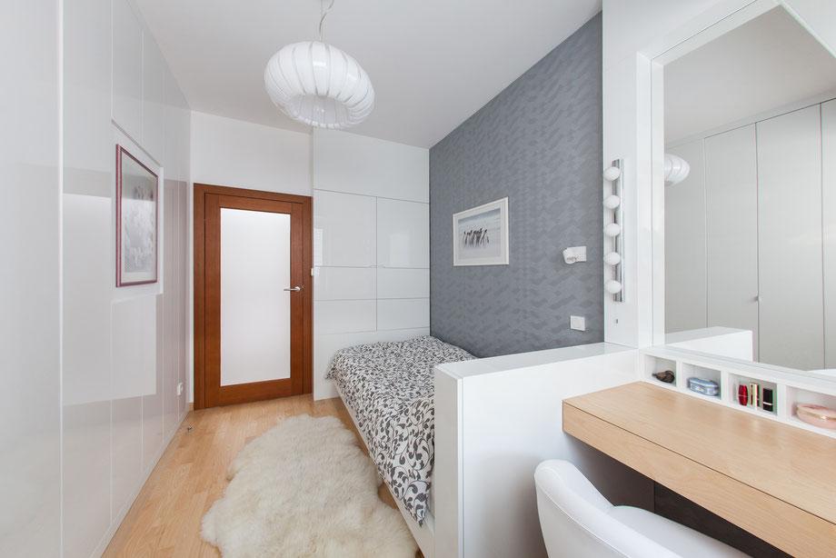 Kobieca sypialnia; toaletka