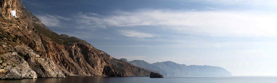 die Südostküste mit dem Kloster Chosowiotissa links oben