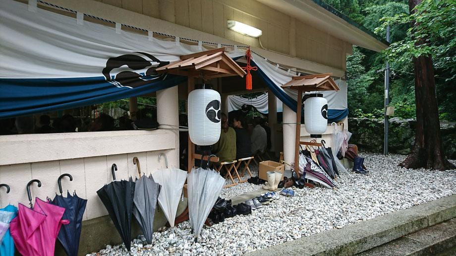 雨の中の祭礼。美多羅志神社にて。