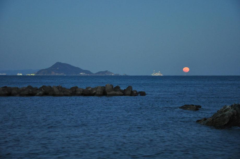 神島と月と伊勢湾フェリー