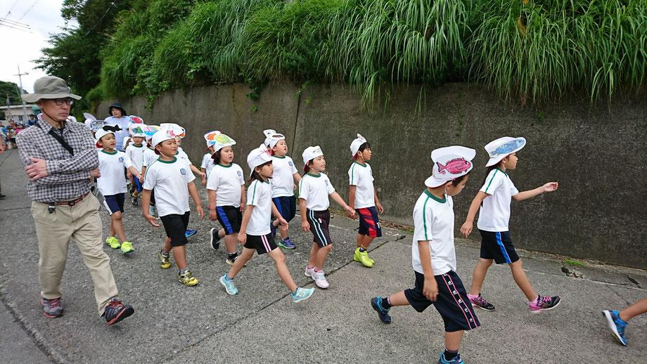 小学生の行進