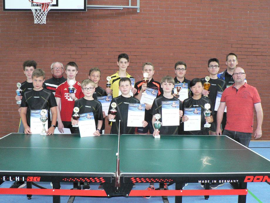 Unser Bild zeigt die stolzen Sieger und Platzierten mit ihren Pokalen und Urkunden sowie die Trainer und Betreuer der Kinder