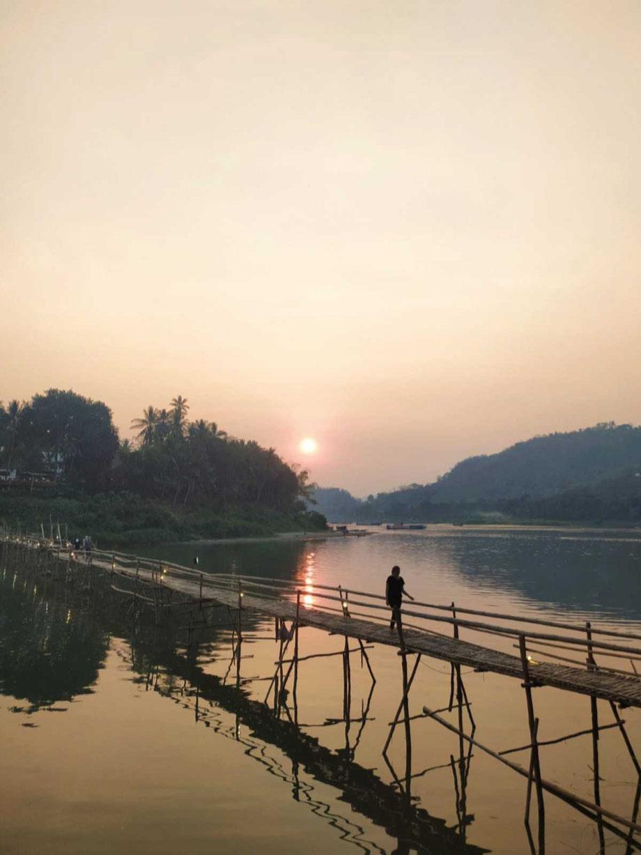 Bambusbrücke in Luang Prabang. Sie muss jedes Jahr nach der Regenzeit erneuert werden.
