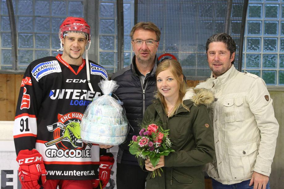Präsident Josef Unterer (mitte) und Obmann Gerhard Maier (rechts) überreichten Claus und seiner Samira ein Geschenk für das Baby.