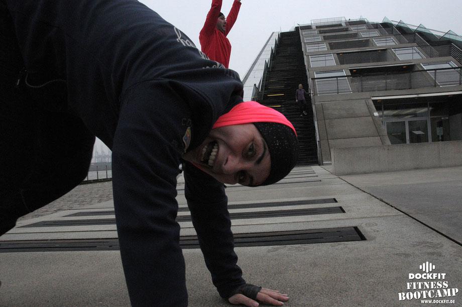 HIIT Lauftraining triathlon Rückenkräftigung dockfit altona fitness Personal-Trainer bootcamp hamburg training fitnessexperten hamburg dockland battle ropes outdoor training Burpees overhead  2017 abnehmen Gewichtsreduktion outdoor Altonaer-Balkon Sixpac