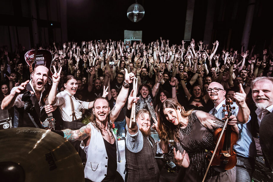 Konzertabschluss mit der Band Krayenzeit . (Click 4 more).