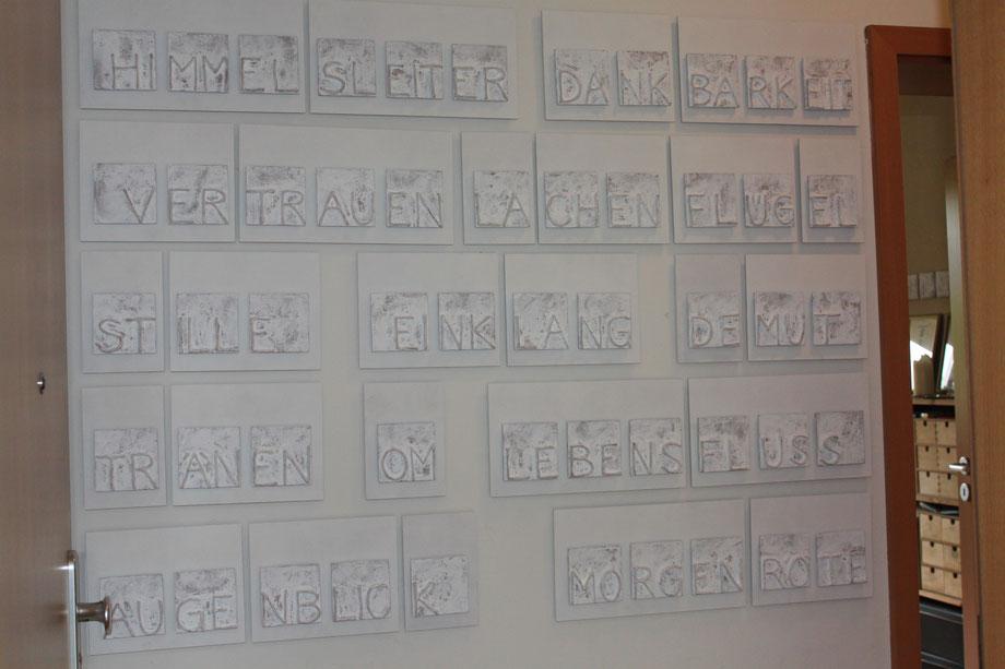 DIE ENERGIE DER WORTE - Papierobjekte von Heike Marianne Liwa