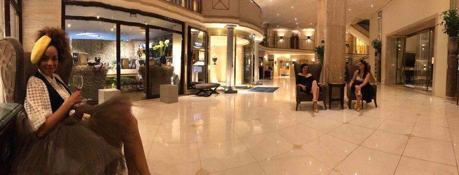 Unser zweiter Abend im Excelsior Hotel Köln war noch schöner als der Erste Abend. Mit einem Glas Weißwein in der Lobby des Excelsior Hotel Ernst sitzen... Warum nicht!