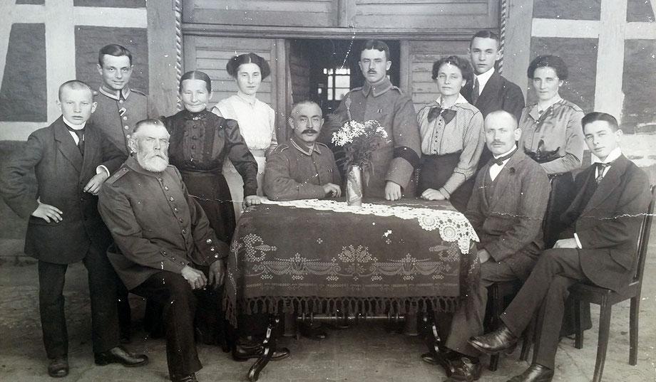Vor dem Elternhaus: Die Familie 1917 (Theodor Steinkühler 2. v.l.)