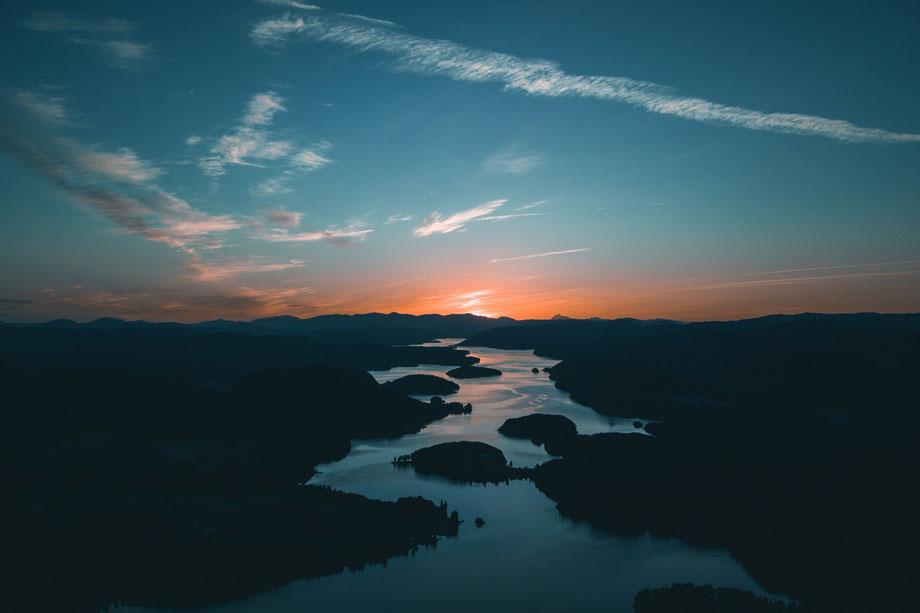 Sonnenuntergang Landschaft mit Fluss und Wald