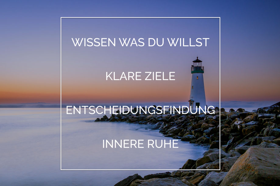 Wissen was Du willst Klare Ziele Entscheidungsfindung Innere Ruhe Leuchtturm am Meer im Sonnenuntergang