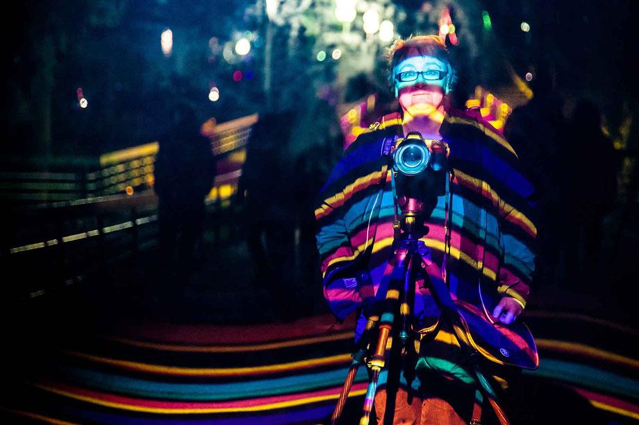 Bild der Person Iris Heinrich bei Nacht in buntem Licht