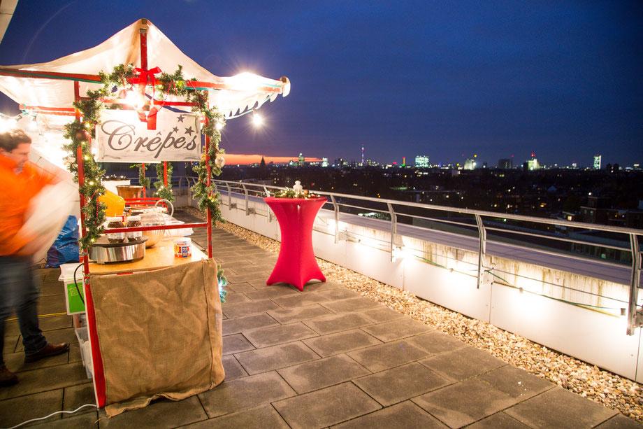 Ein Weihnachtsmarkt auf einer Dachterrasse mit tollem Ausblick und einer leckeren Crepe-Station