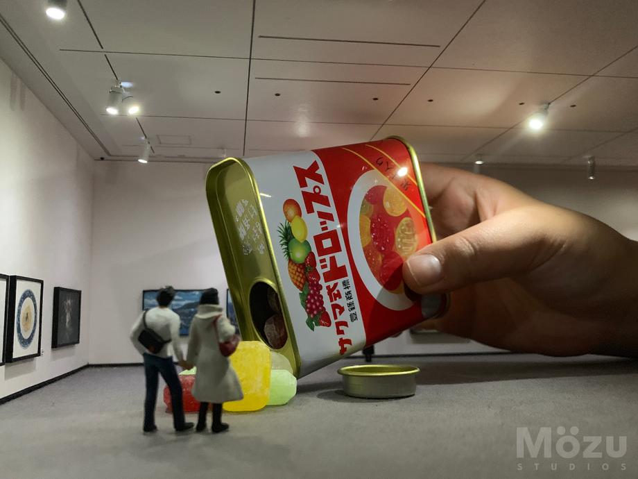 ミニチュア美術館の中に入る手