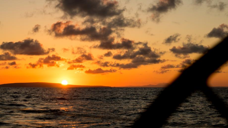 Sonnenaufgang zwischen Mallorca und Ibiza (© samisail 2015)