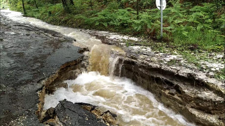 Face à la crue de mai 2020, le fossé jouxtant l'accès au Graoux avait été emporté par les eaux. Photo Corentin Barsacq