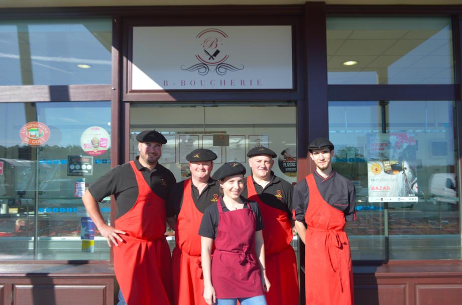 Xavier Bonillo (à gauche) et son équipe pose devant la nouvelle identité de leur boucherie.