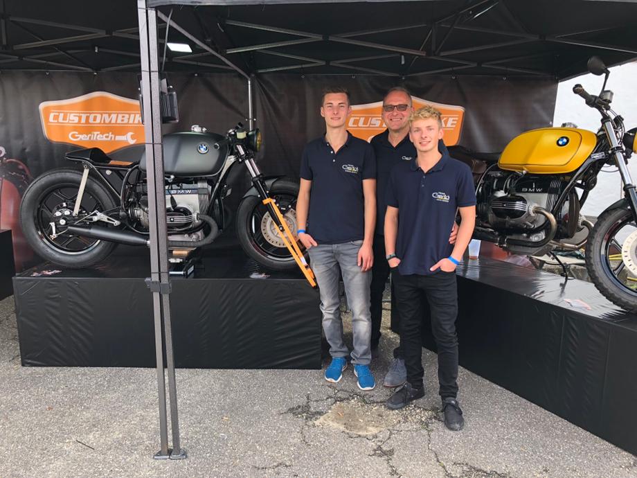 Custombike Messemannschaft Simon Roland und Maxi Gerich, neben der neuen Caferacer R1000 und einer R800 Scrambler Geritech Style