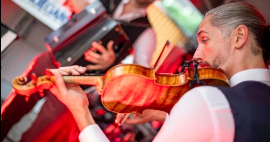 Johannes Fleischmann sorgte für die musikalische Untermalung zur Eröffnung der Teatro Campari Pop-up Bar.
