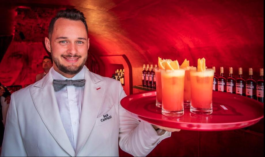 """David Penker, Bar Campari Chef-Barkeeper und der speziell für Salzburg kreierte Drink """"Campari Sinfonia""""."""