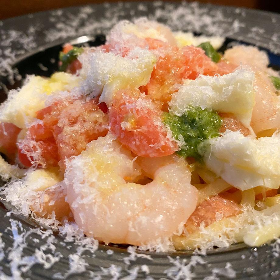 ✦ 海老とモッツァレラチーズとバジルのフレッシュトマトソース 1,090円(税込)※削り立てのチーズがかかっています。