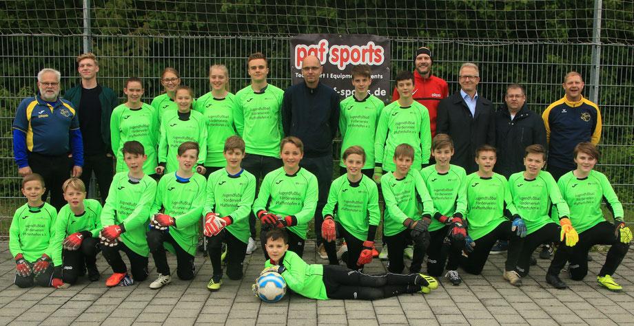 20 Torhüter Pfaffenhofener Jugendmannschaften mit Sponsor Roland Bohlig (Volksbank Raiffeisenbank, 3. v.r.) sowie Trainern und Förderverein