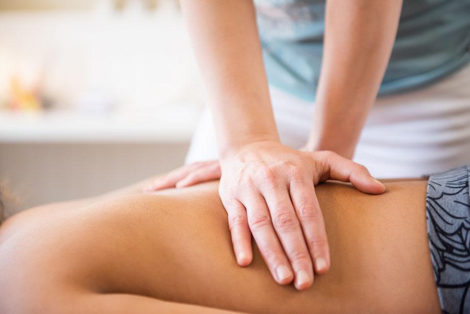 Physiotherapeutin Petra Punz behandelt Rückenschmerzen in ihrer Praxis in Weiz