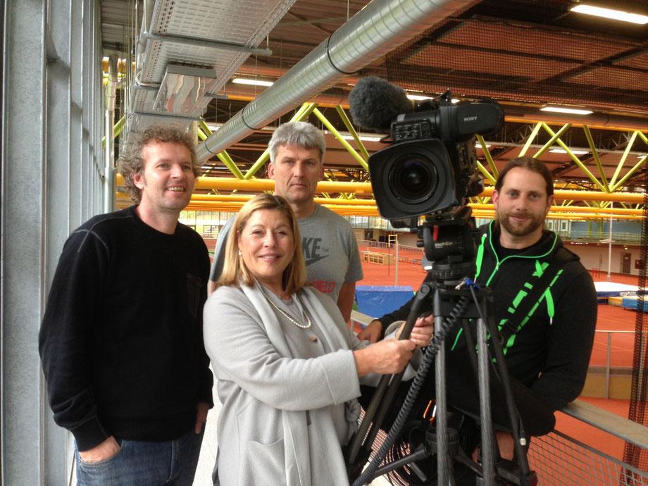 links Kameramann, Mitte unten Beatrice Sonhüter, dahinter mein Trainer Joachim Lipske und rechts der Mann für alle Töne