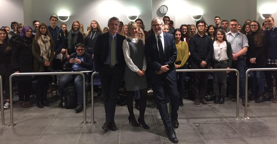 """Prof. Dr. Gereon Wolters, RAin Mélanie Scheuermann, Präsident des LG Arnsberg Peter Clemen """"mit zukünftigen Kollegen"""""""