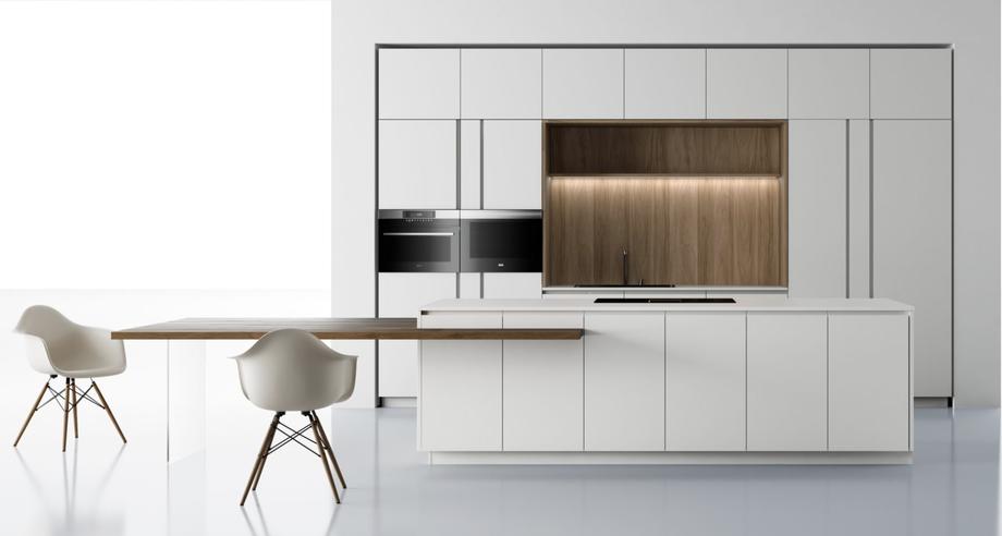 Cucina bianca lineare moderna con isola, cucina bianca e con legno, ante liscia con gola donano modernità all'ambiente