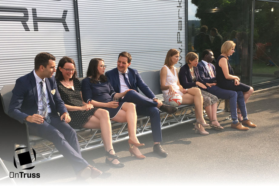 OnTruss Siesta - Eventmöbel | 4m Sitzbank live im Einsatz auf einer Hochzeit.