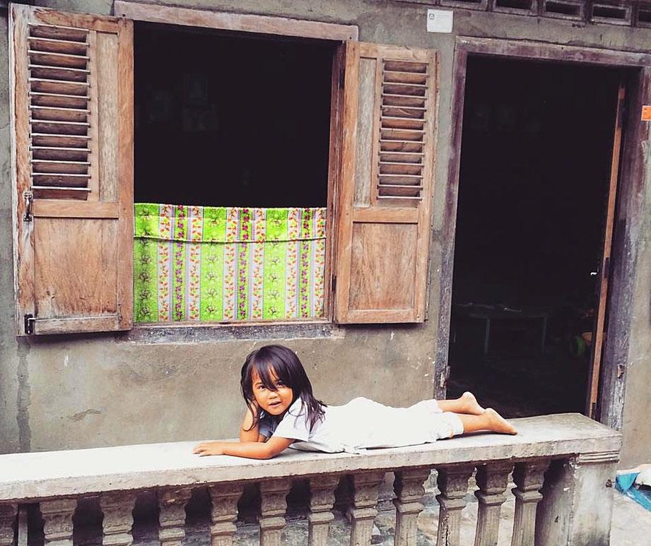 Une enfant dans un village à Pulau Nias