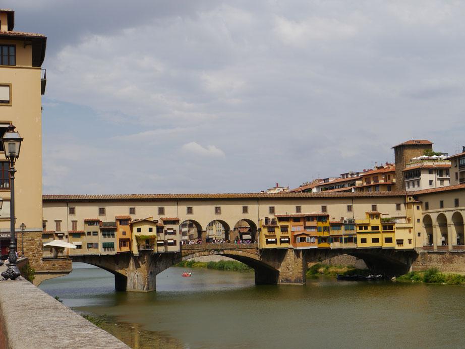 Ponte Vecchio über dem Fluss Arno in Florenz