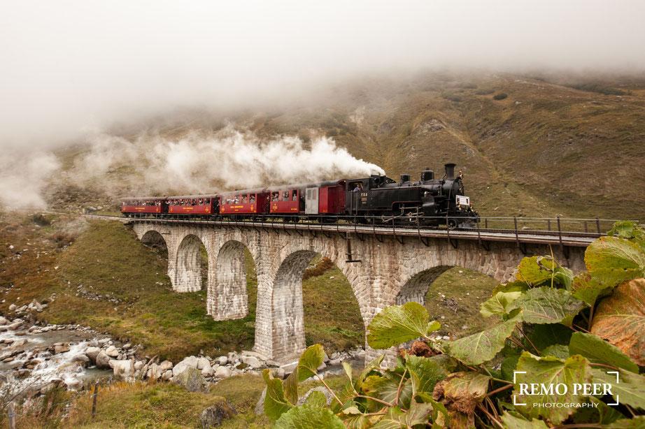 Dampfbahn Furka Bergstrecke - Steinstafelviadukt - Dampflok HG 3/4 (Foto von Remo Peer)