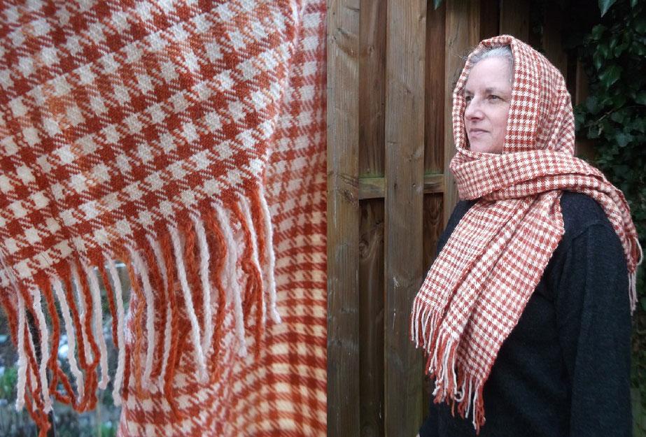 nachwebung des Schals der Huldremose Frau im Detail und beim Trageversuch