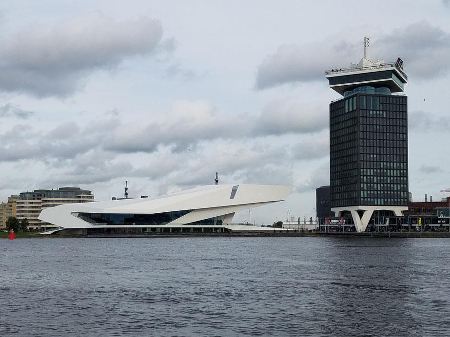 """Links: Eye Filmmuseum, rechts Adam Tower mit A'dam Lookout, den überhängenden Schaukeln vom Skydeck, Europas höchste Schaukel """"Over the Edge"""""""