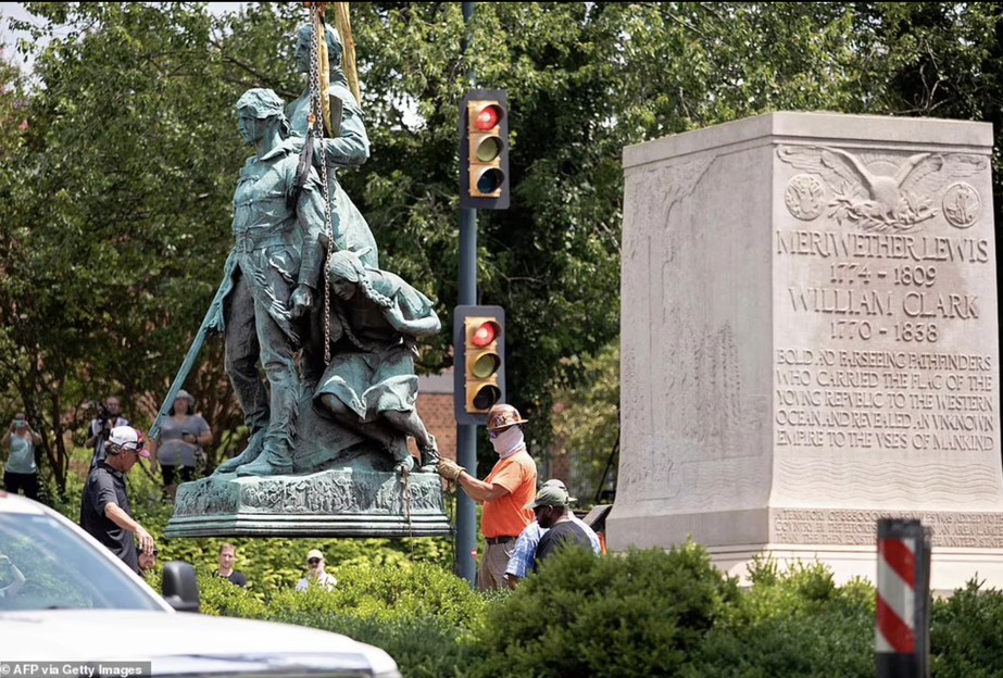 同日、電撃撤去される探検家メリウェザールイス、ウィリアムクラーク、サカガウィアを描いたシャーロッツビルの記念碑。