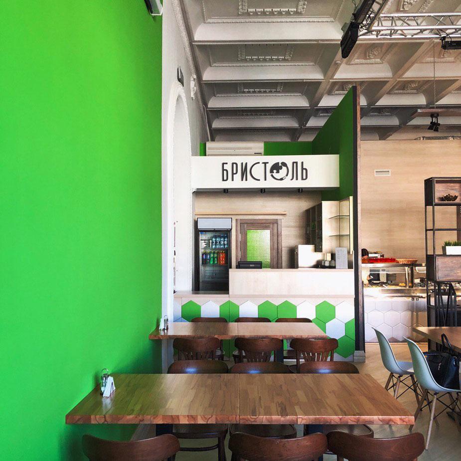 В силу уменьшения бюджета во время реализации некоторые моменты из дизайна такие как: стена с зелеными стабилизированными растениями, деревянное панно в зоне выдачи, меловая стена - все еще ждут своей реализации, а пока временно эти зоны просто покрашены