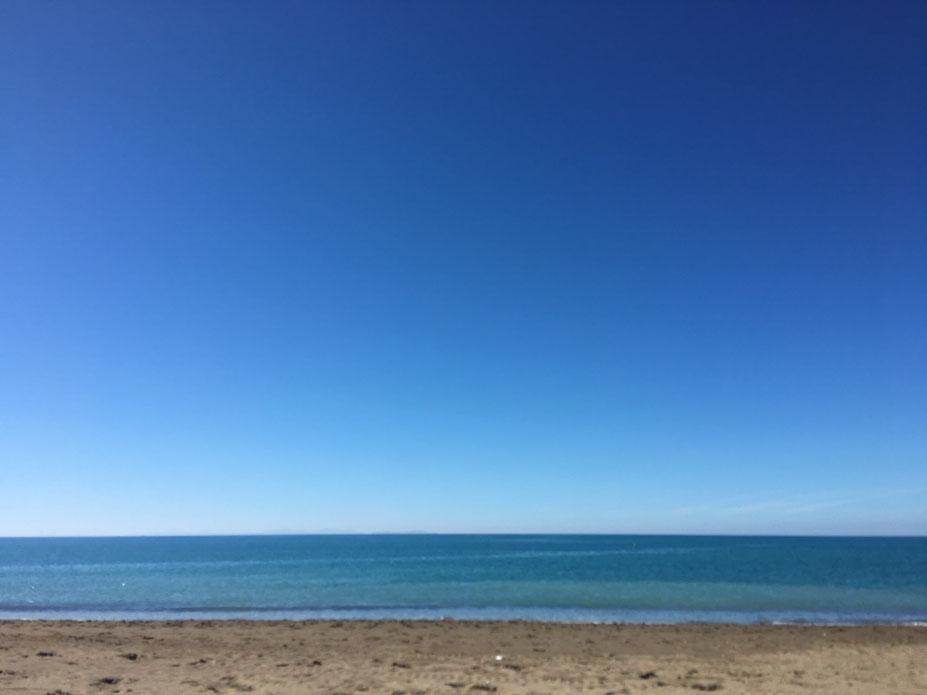 Unscharf zwar, verbindet jedoch den zermahlenen Stein, den Sand mit dem Meer, den kleinen Wellen und dem Himmel, dem Universum.