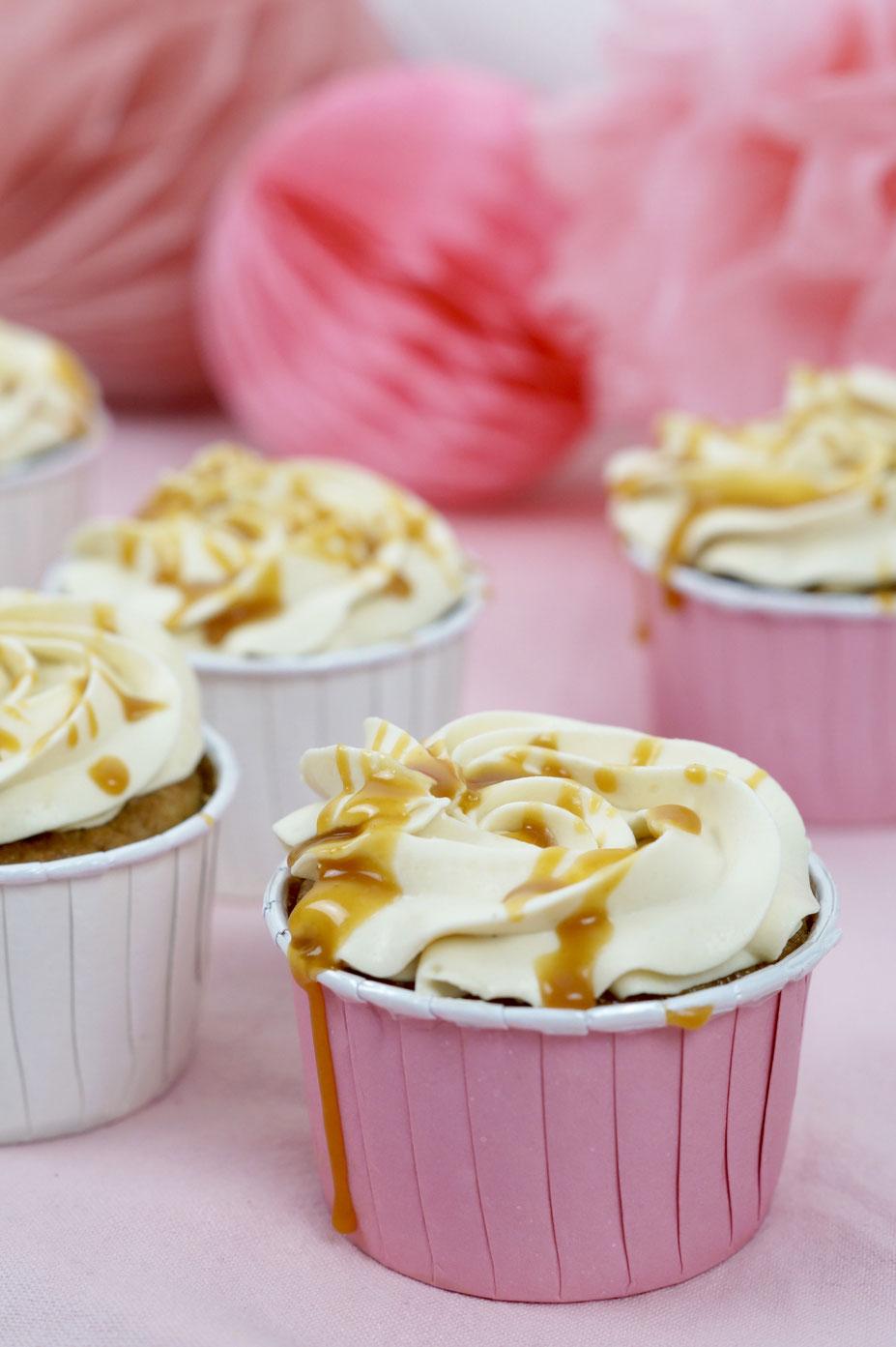 Apfel-Cupcakes mit Gewürzen und Karamell