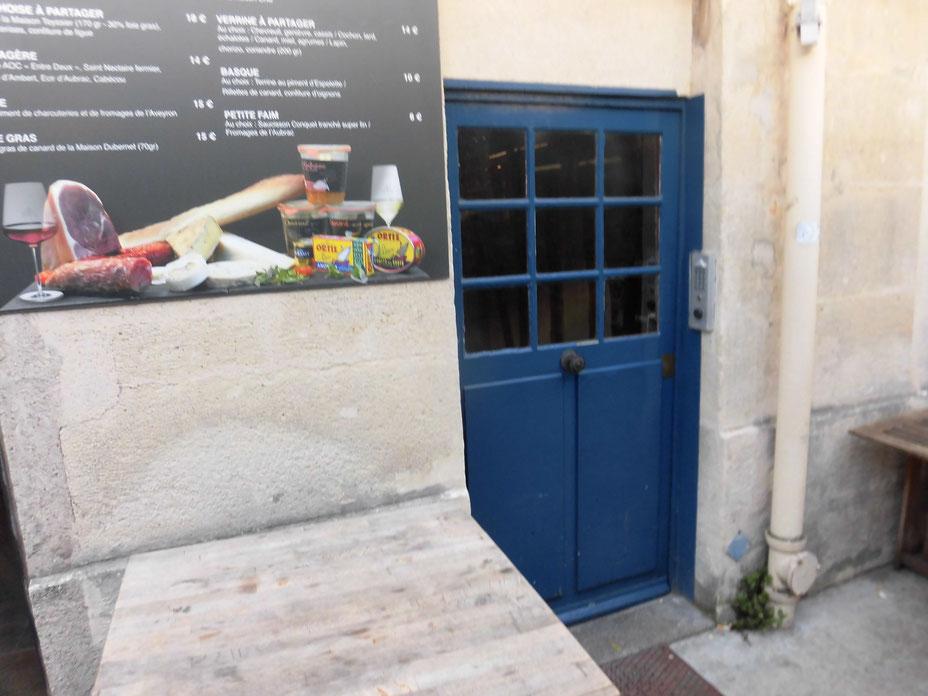 青のドアが素敵