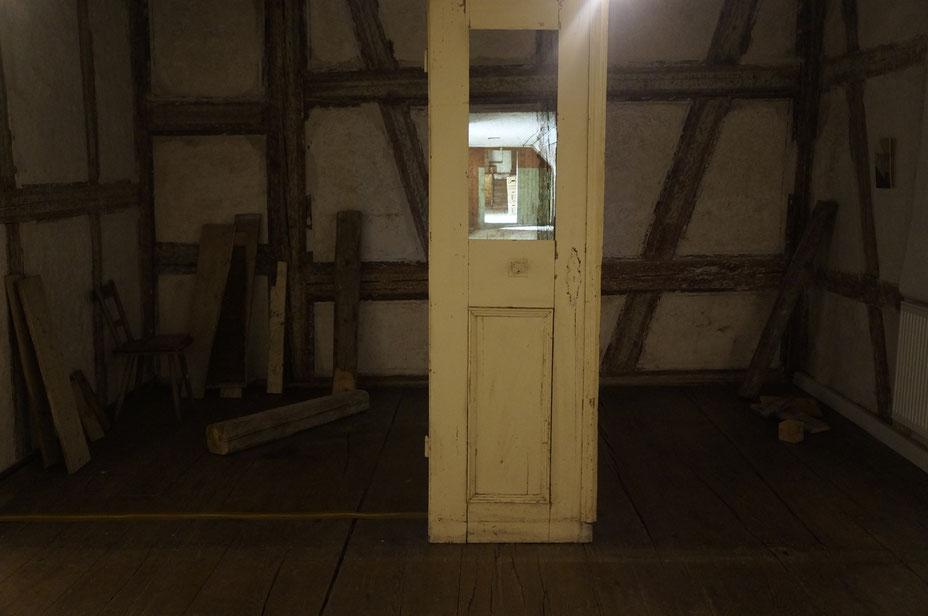 Innraeum, Projektion und historische balken aus Raeumen des alten Schlosses