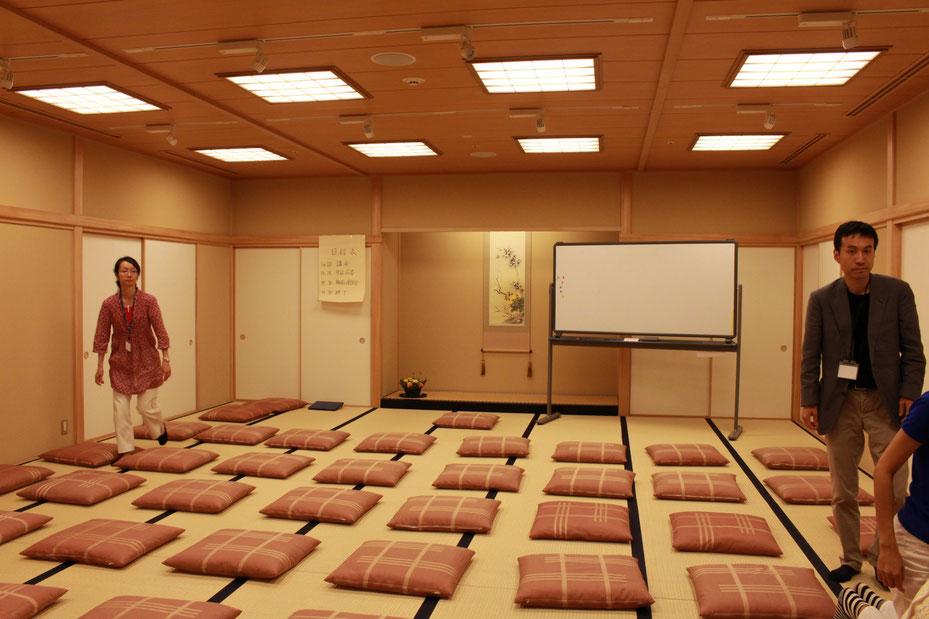 部屋いっぱいの座布団。満員御礼。