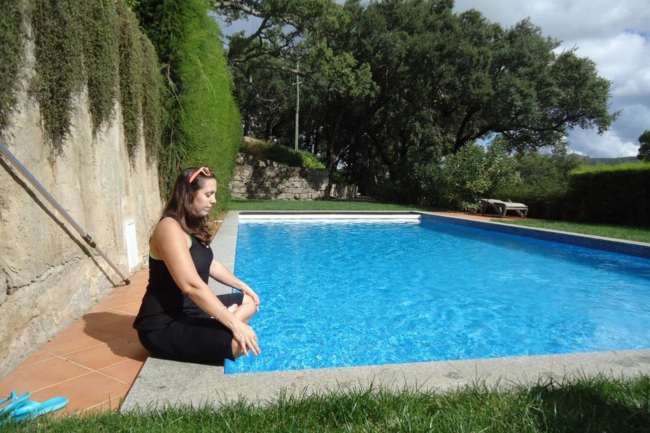 Meditation am Pool der Vila Foia