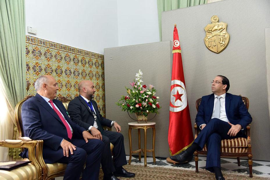 رئيس الحكومة التونسية يوسف الشاهد مستقبلاً موسى وشعبان