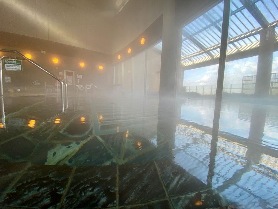 毎日お湯の入れ替えを実施しており 夜明け前の朝5時から各浴槽を清掃する。