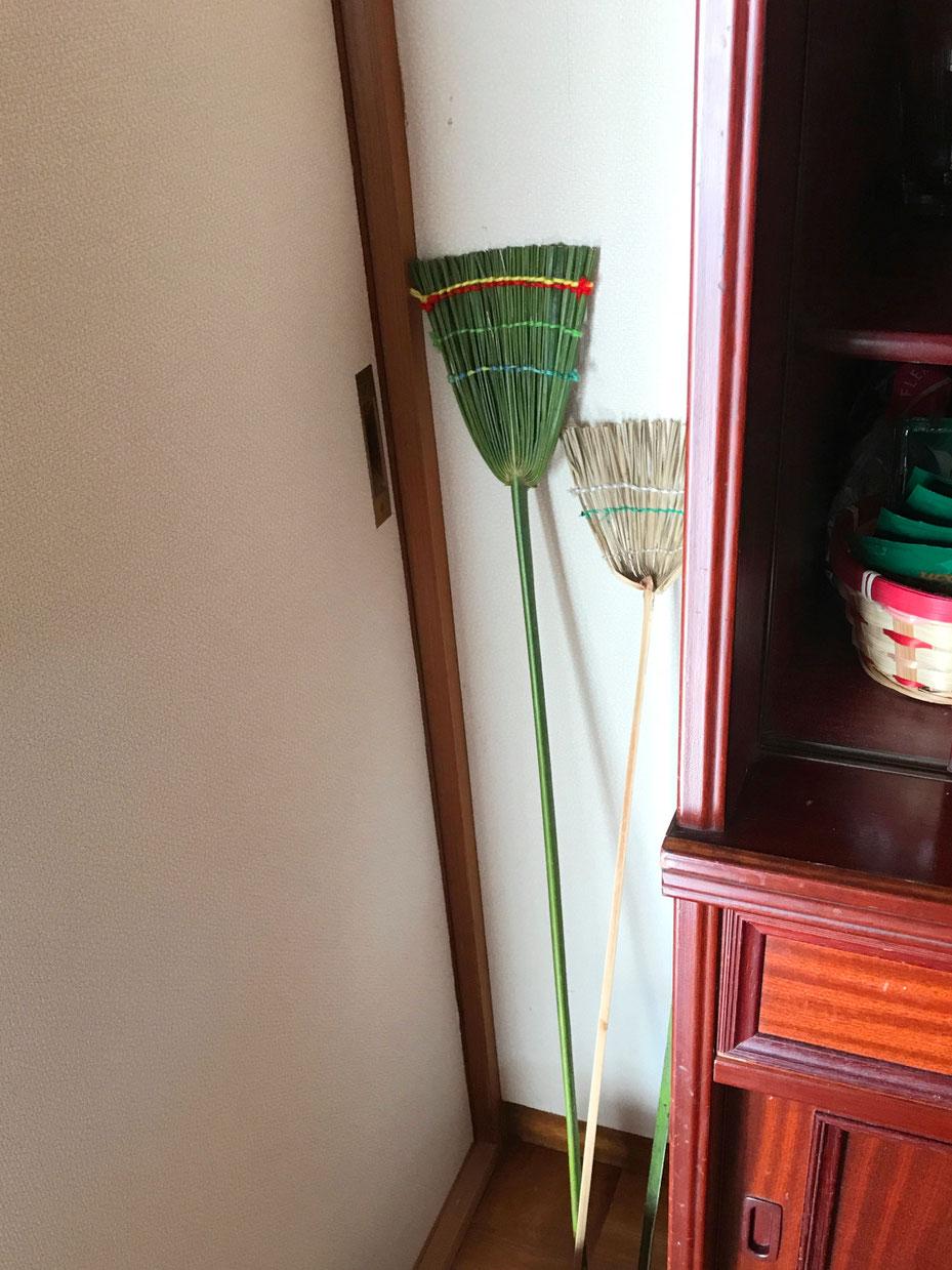 緑のハエたたきは新しく作ったもの。白っぽくなっているのは数年前に作ったものです。