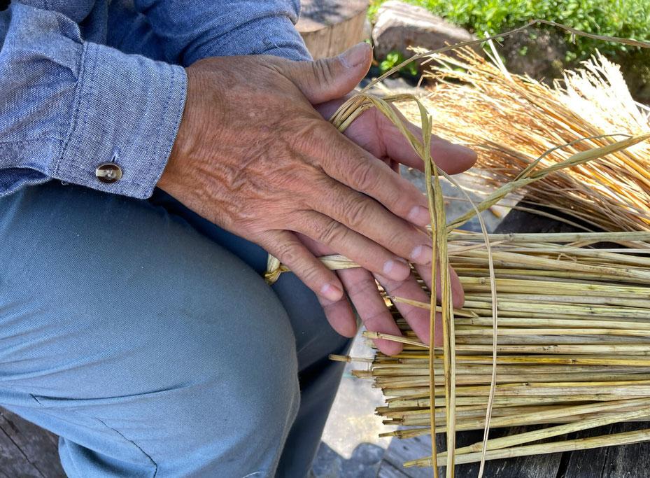縄ない。使用するのはもち米の藁。おもちと同じように粘りがあって作りやすいのだそうです。